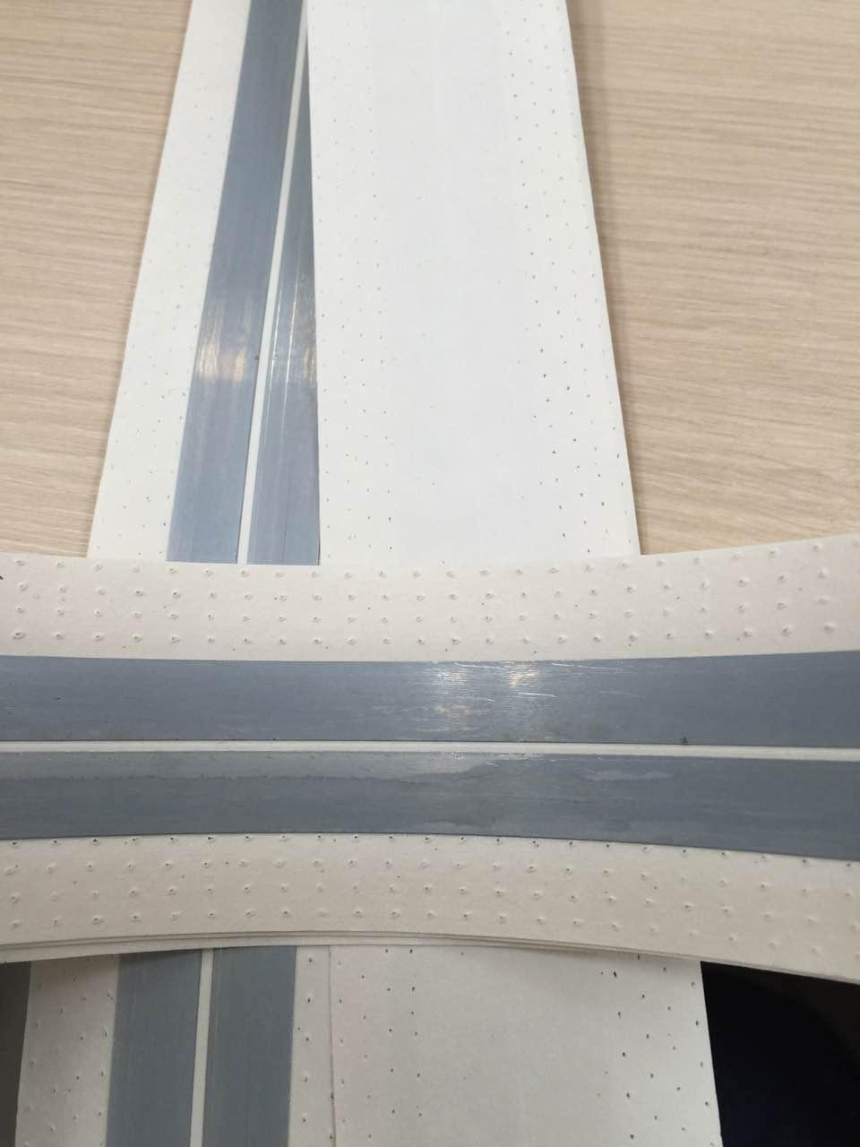 Papír hézagerősítő szalag fém betéttel.